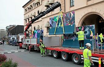 Et 90 meter langt kunstgjerde har dukket opp foran Møllergata 19. Hva skjer?