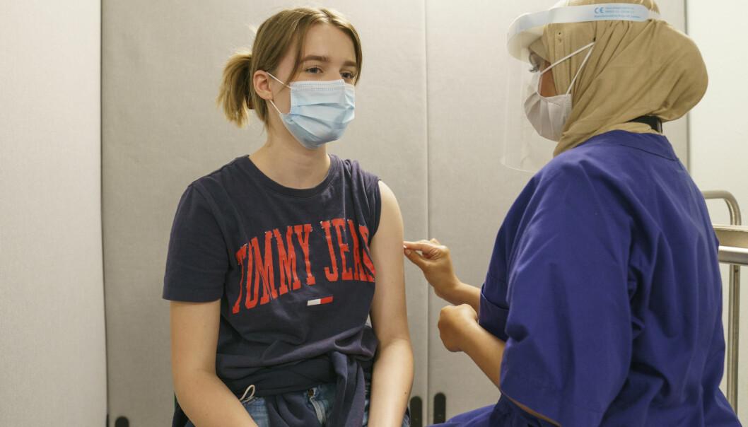 Eiril Nærdal var blant de første 18-åringene som fikk vaksine i Oslo. Nå skal også 16- og 17-åringene vaksineres.