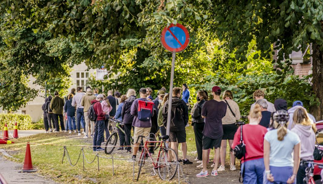 Folk i kø for å teste seg på Adamstuen teststasjon i Oslo. Det siste døgnet er det registrert 1.093 koronasmittede i Norge. Det er det høyeste døgntallet siden 22. mars. Foto: Stian Lysberg Solum / NTB