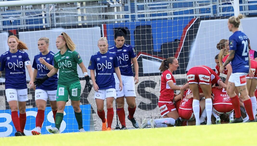 Vålerenga-spillerne fortviler etter å ha gitt bort alle poengene til Sandviken helt på slutten av lørdagens kamp hjemme på Intility arena.