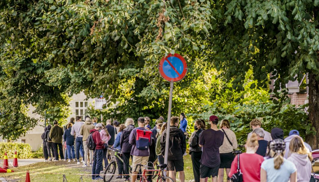 Folk i kø for å teste seg på Adamstuen teststasjon. Bildet er tatt tidligere i august.