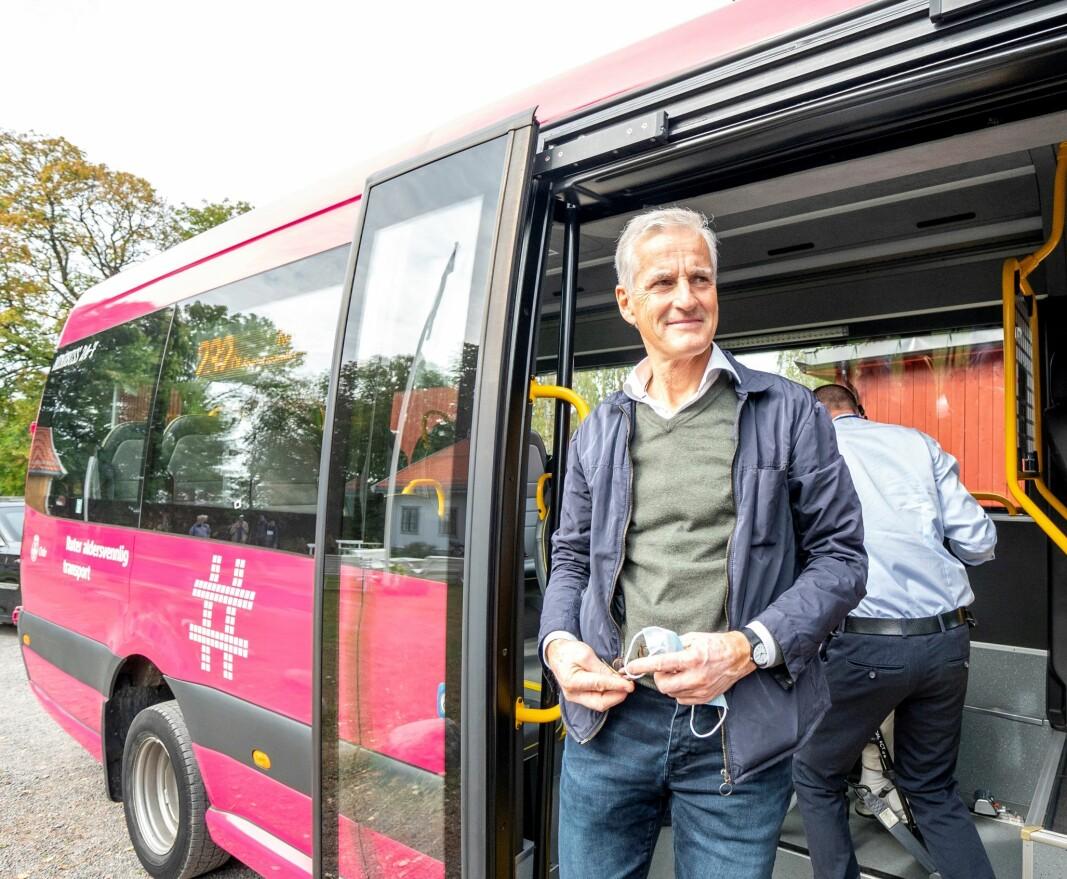 Ap-leder og rosa buss på Årvoll: — Vi ønsker rosa busser i hele landet. Det er ambisjonen, sier Jonas Gahr Støre etter å ha testet Oslos eldrebuss.