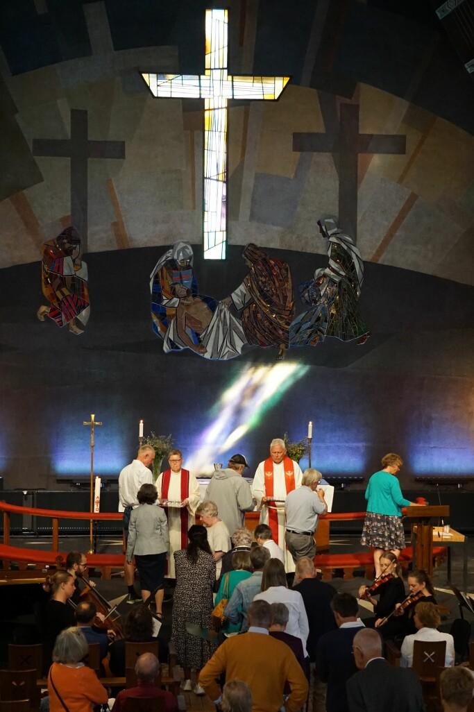 Fra nattverden under høytidsgudstjenesten i Torshov kirke i samband med nyåpning, den 22. august.