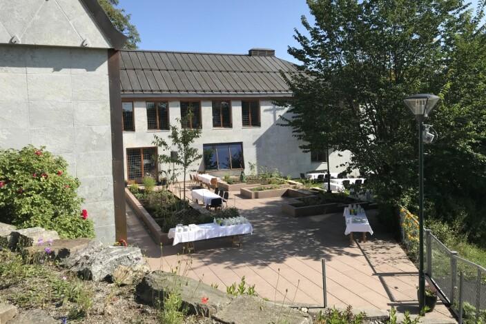 I sommer inviterte kirken til åpen ukentlig lunsj i den nye kirkehagen. Fra utsiden kan kirkebygget gi assosiasjoner til festningsverk og middelalderborger.