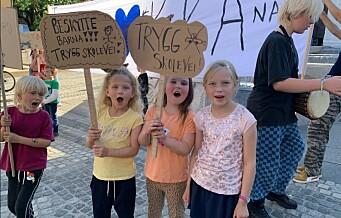 Ruseløkka-elever er lei av å ikke bli hørt og marsjerte til Rådhuset: - Nå vil vi ha trygg skolegård!