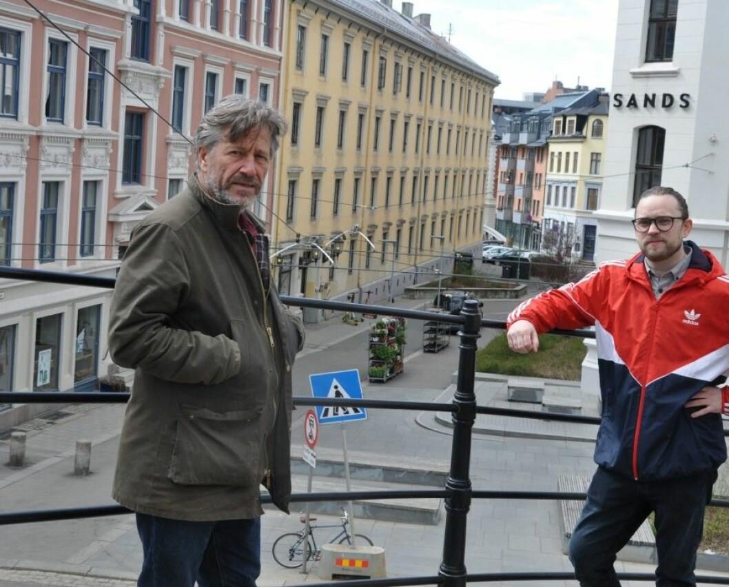 Nicolay Lange-Nielsen (MDG) og Bjarne Lagesen (Ap) viser hva de mener med at stenging av Ruseløkkveien ved skolen kan bli en tilnærmet bilfri akse til baksiden av Aker Brygge og Filipstad.
