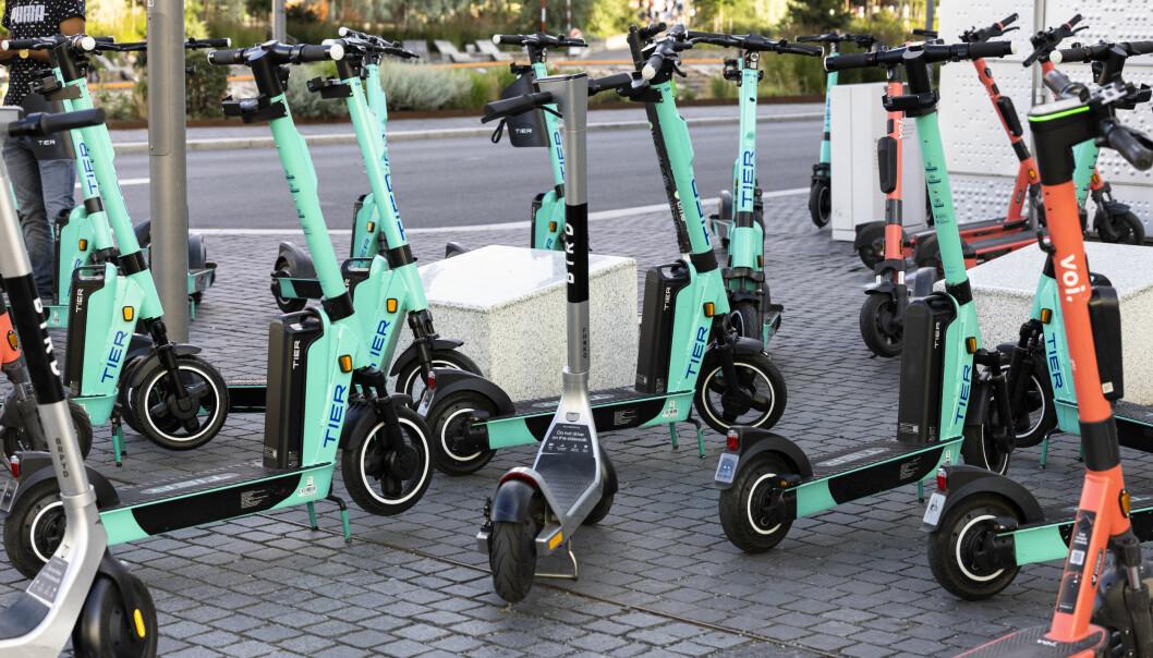 I Oslo kan det fredag bli stående tusenvis av elsparkesykler som ikke kan tas i bruk, når de nye reglene trer i kraft. Antallet skal kraftig ned, men de deaktiverte sparkesyklene trenger ikke bli hentet med en gang.