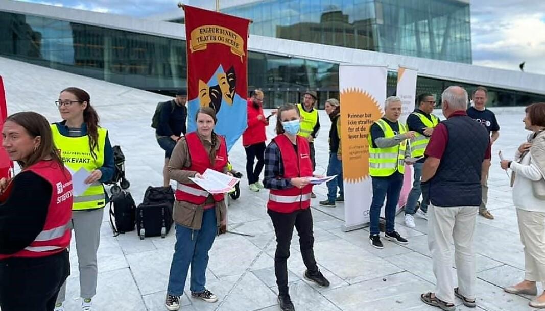 De streikende ved Operaen og teatrene i Oslo har fått med seg flere stortingskandidater for partier på venstresiden til kulturmarsjen torsdag.