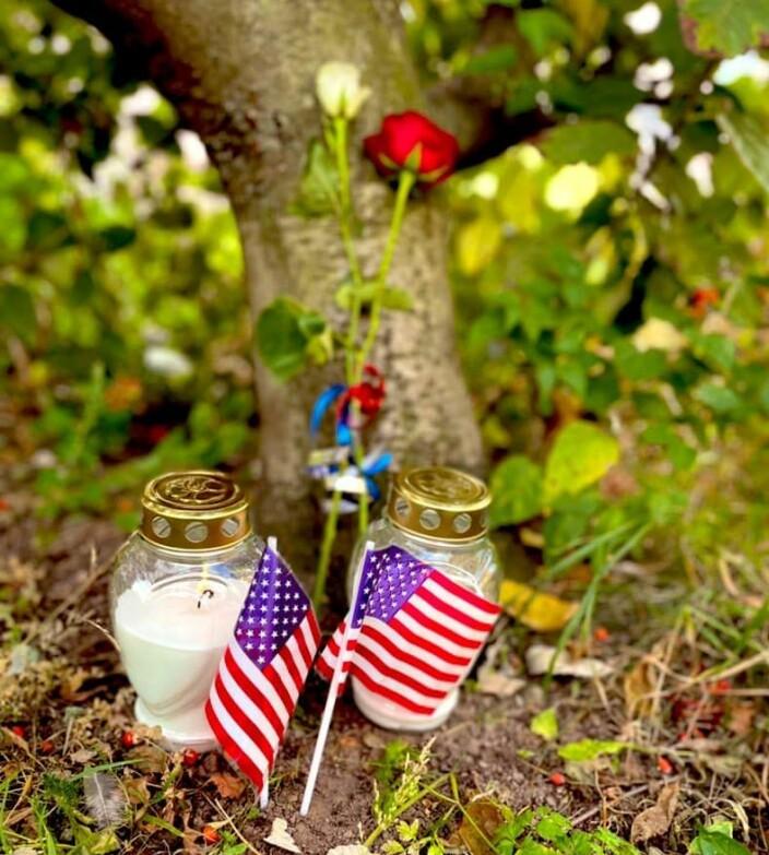 To lys til minne om brannmennene som døde den dagen.