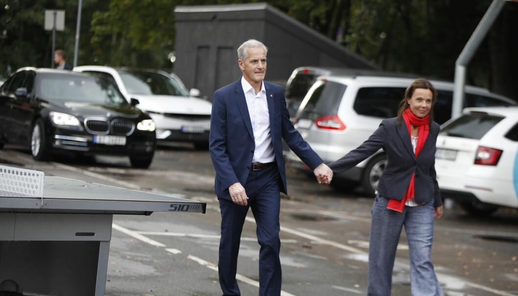 Ap-leder Jonas Gahr Støre og hans kone Marit Slagsvold på vei for avgi sine stemmer i stortingsvalget 2021 på Svendstuen skole søndag formiddag. Foto: Javad Parsa / NTB