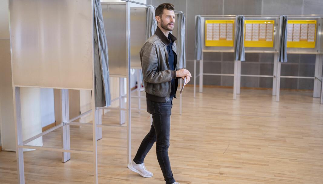 Oslo 20210912. Partileder i Rødt, Bjørnar Moxnes avgir sin stemme foran Stortingsvalget på Nordstrand skole i Oslo. Foto: Fredrik Hagen / NTB