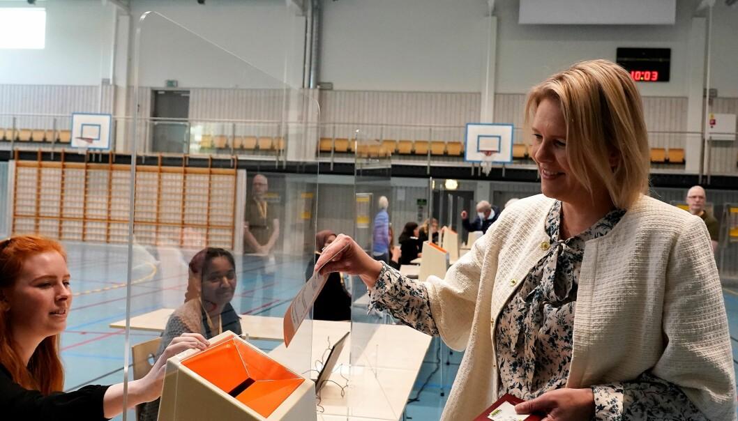 Frp-partileder Sylvi Listhaug avga sin stemme på Hovseter idrettshall klokka 10 mandag.