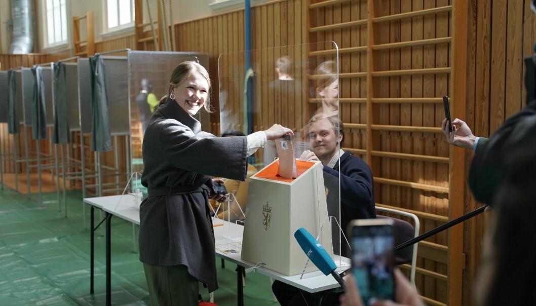 MDGs partileder Une Bastholm på Foss videregående skole i Oslo hvor hun mandag formiddag avla sin stemme.