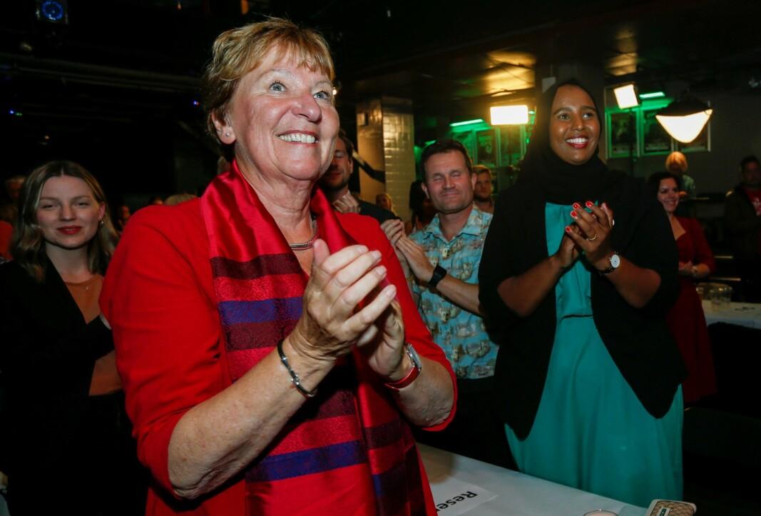 Marian Hussein (til h.) er inne med sikker stortingsplass for SV dersom prognosen i Oslo holder seg. Her jubler hun sammen med SV-ordfører Marianne Borgen (til v.).