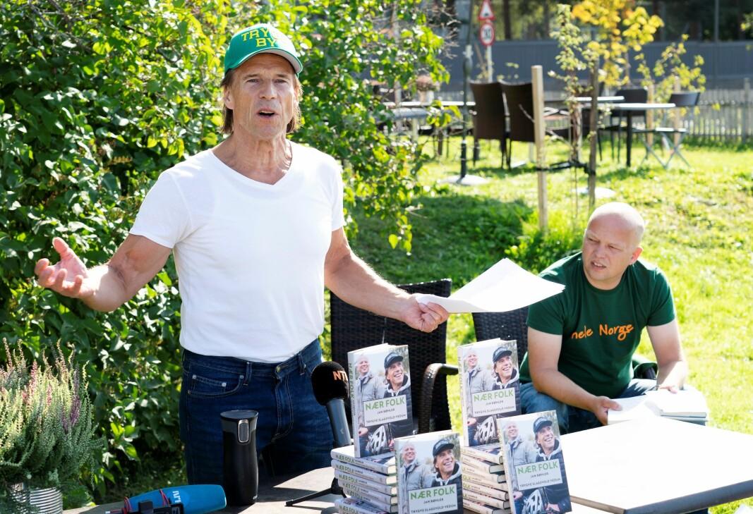 Jan Bøhler og Trygve Slagsvold Vedum på lanseringen av boka Nær folk på Kafè Steinbra i Groruddalen i sommer.