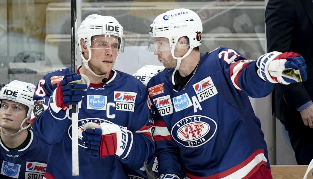 Vålerengas Tobias Lindström (t.v) og Martin Røymark diskuterer kampen mot Storhamar.