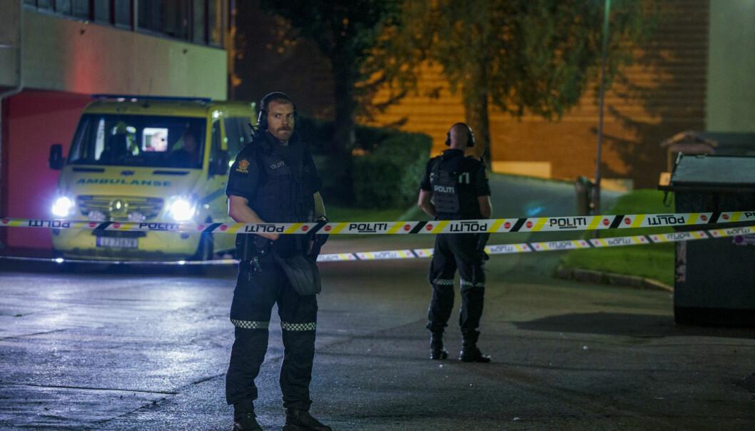 Politi og ambulansepersonell på Trosterud etter skyteepisoden.