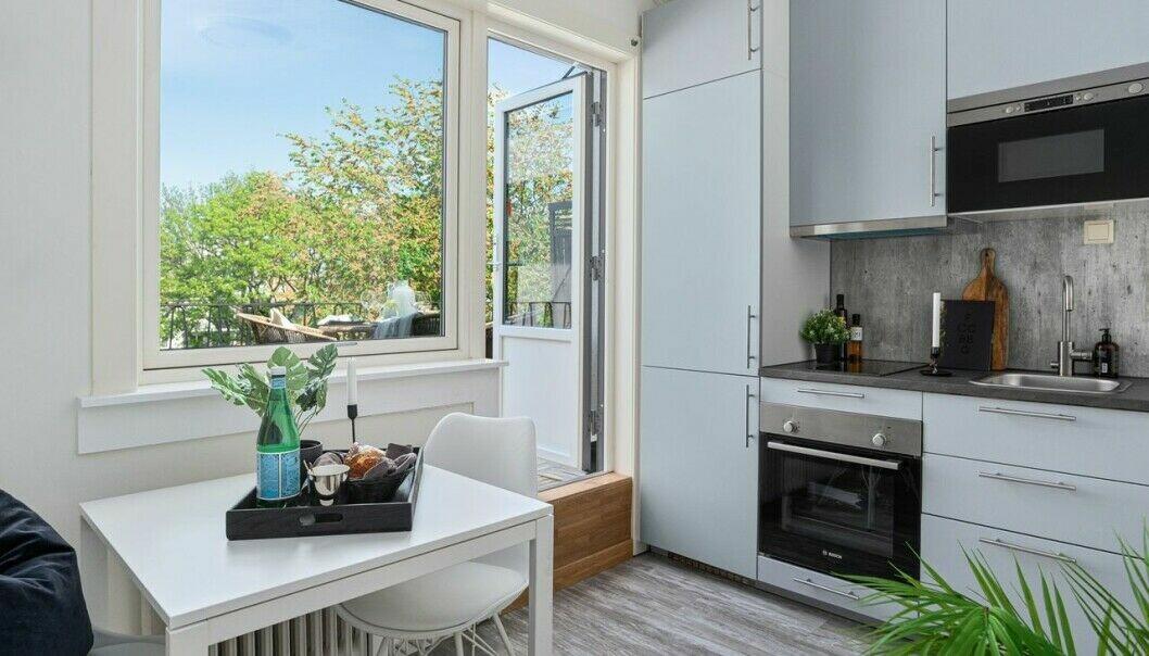 Utgang til terrasse som er større en leiligheten på 17 kvadratmeter trekker opp. Likevel er prisen per kvm nesten dobbelt så høy som snittet i bydel Frogner i år.
