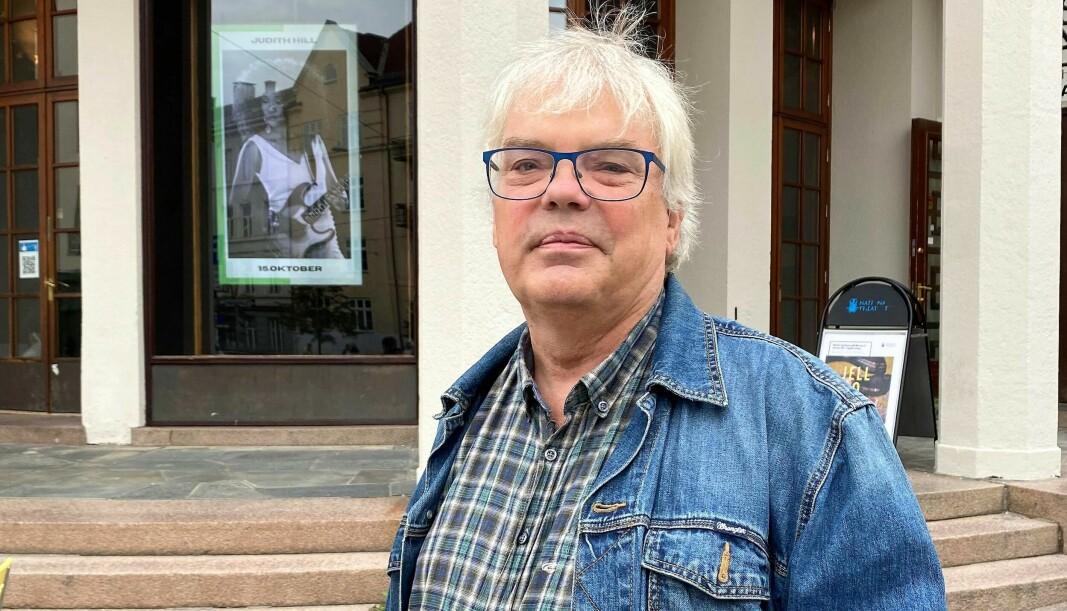 Lokalhistoriker og bydelsentusiast Petter Vellesen foran søylene på Soria Moria i Vogts gate. Før fabrikkeier Wilhelm Arnt Blystad bygde Soria, ble det spilt fotballkamper på tomta.