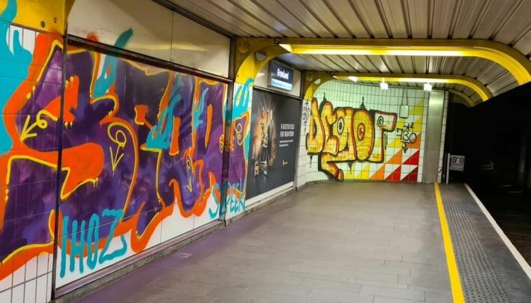 Slik ser veggen ut ved enden av den ene perrongen på Grønland T-banestasjon.