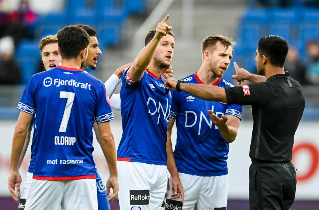 Vålerengas Jonatan Tollås Nation og Ivan Näsberg (til h.) protesterer til ingen nytte mot dommer Mohammad Usman Aslams feilaktige avgjørelse om å gi Molde straffe.