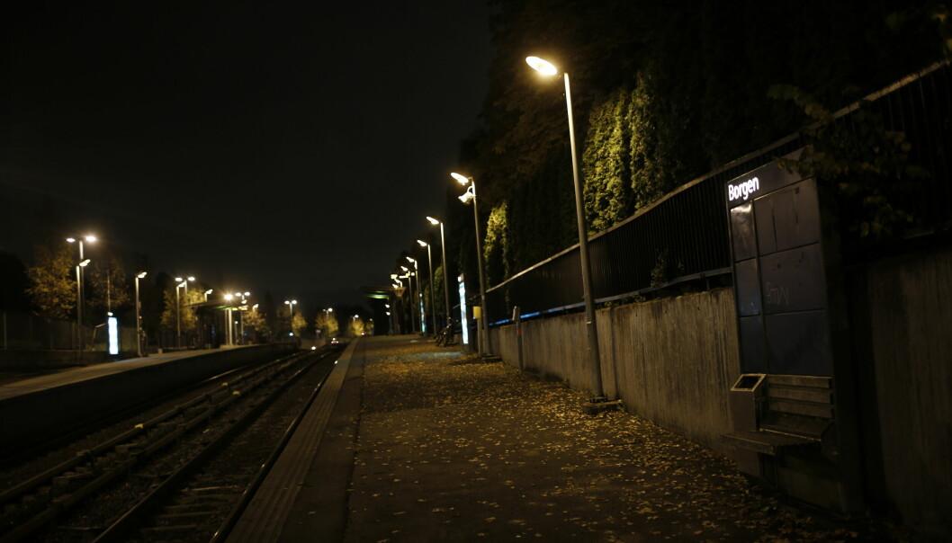 Hele ni mindreårige personer er mistenkt for å ha deltatt i ran av en person her ved Borgen T-banestasjon sent lørdag kveld.