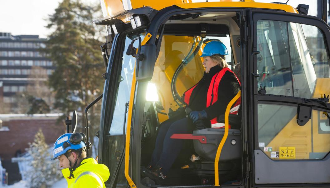 Statsminister Erna Solberg i en gravemaskin i februar 2019 markerer byggestart på det som blir Norges største universitetsbygg. Livsvitenskapsbygget ved Universitetet i Oslo. Bygget skal huse 1.600 studenter og 1.000 ansatte.
