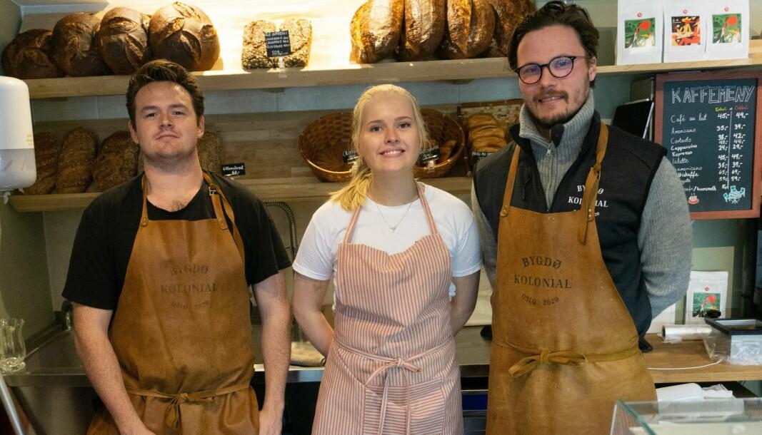 Fra venstre: Nikolai Valseth, Louise Thomseth og Jens Wilhelm Holst i Bygdø Kolonial tilbyr både eksklusive varer, helt vanlig kaffe og dagens middagsrett som du kan ta med deg hjem.
