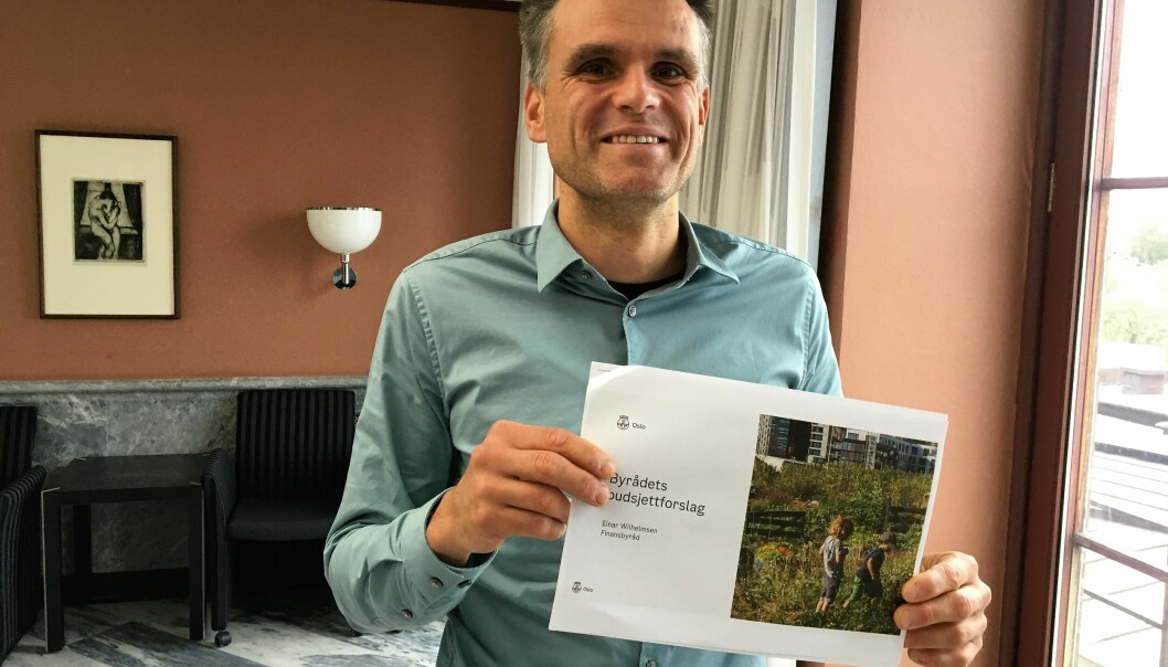 En strålende fornøyd finansbyråd Einar Wilhelmsen (MDG) viser frem budsjettforslaget.