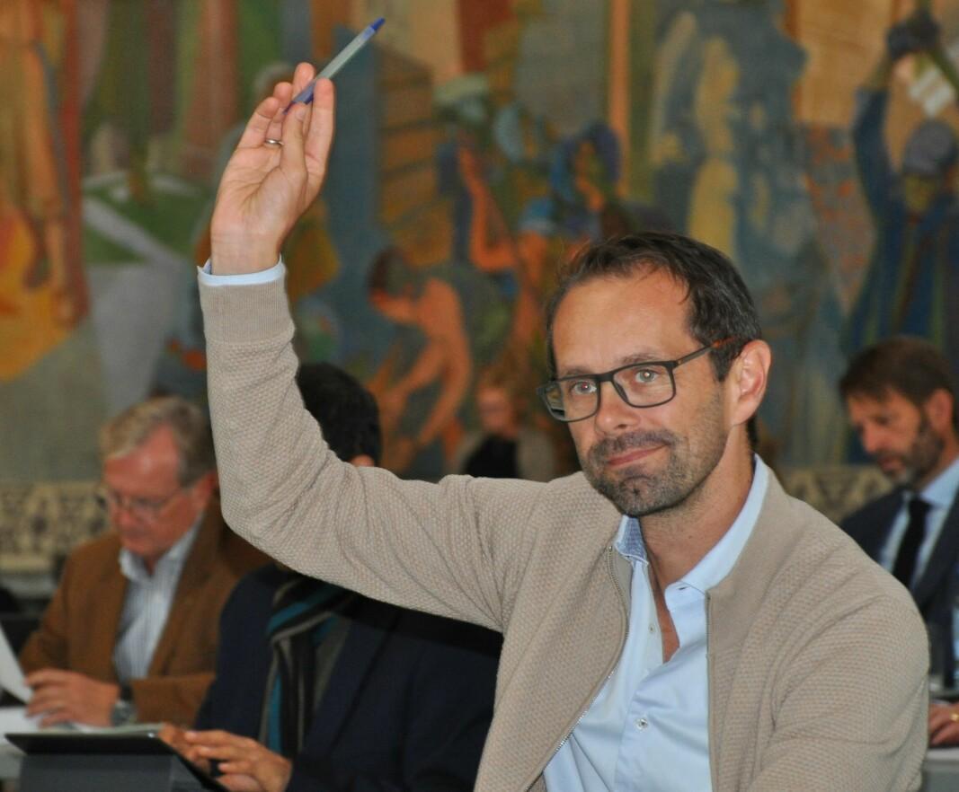 Hallstein Bjercke (V) avgir stemme under bystyrets møte onsdag. Både Venstre og KrF reagerer på at Ap/SV/MDG-byrådet setter punktum for private sykehjem.