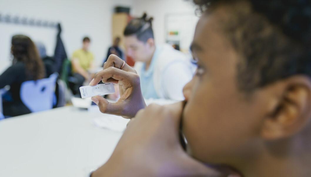 Imran Abdi Kedir tar selvtesten i klasserommet på Apalløkka skole. Fredag skal alle barneskoleelever teste seg, til sammen 47.000 elever.