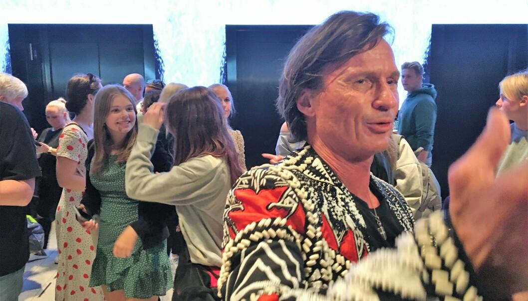 Petter Stordalen samlet hotellet sitt med mennesker i forbindelse med gjenåpningen.