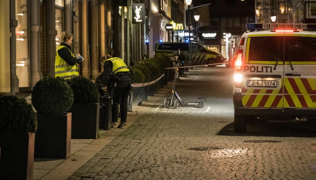 Knivstikking i Nedre Slottsgate i Oslo sentrum natt til søndag. En mann er fraktet til sykehus med skader. Foto: Alexander Vestrum / NTB