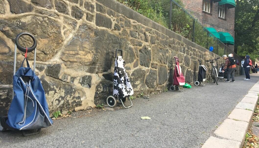 I Borggata, på veien ned til Fattighuset, står trillebagene plassert etter hverandre, etter eierens plass i køen.