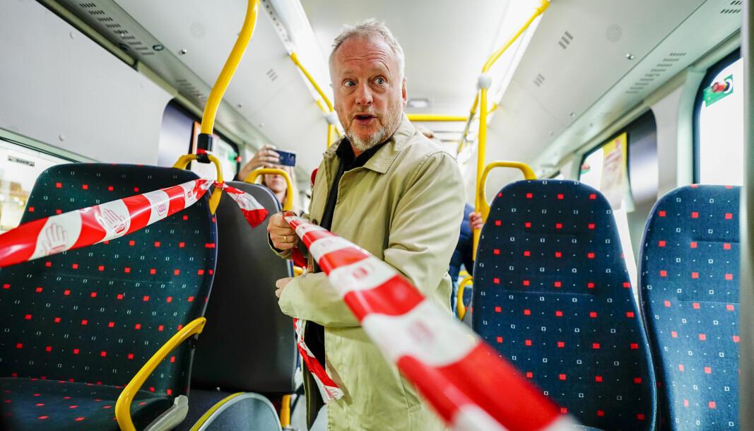Byrådsleder Raymond Johansen (Ap) fjernet mandag koronasperringene på en buss i Oslo, etter gjenåpningen lørdag.