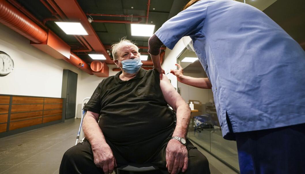 Arne Svein Jul Bakken (85) vaksineres i Bydel.