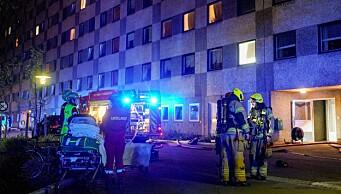 Brann i blokk på Ammerud slukket: - Ingen skadd, men mye røyk i gangene, sier politiet