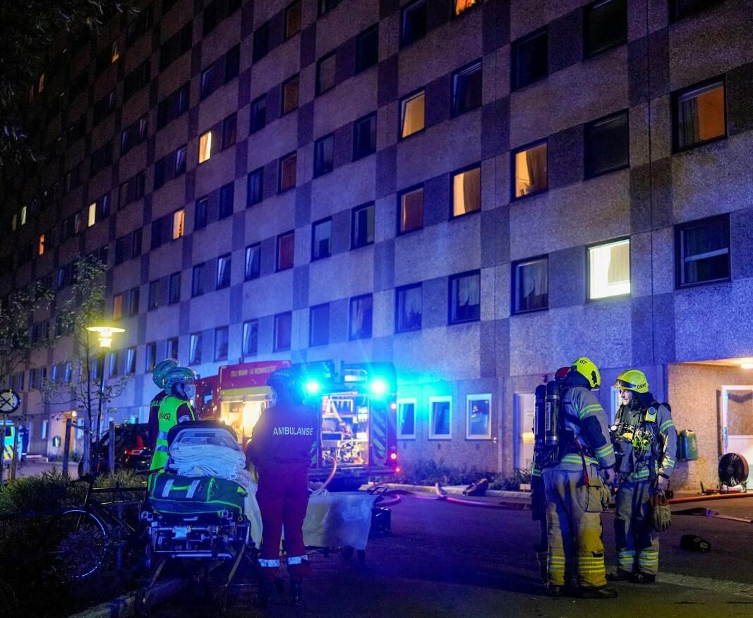 Alle nødetater rykket ut til brannen i boligblokka i Ammerudhellinga. Mange beboere ble evakuert på grunn av kraftig røyk, men ingen skal være alvorlig skadd.