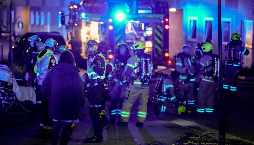 Alle nødetater rykket ut til brannen i blokka i Ammerudhellinga tirsdag kveld. Politiet starter etterforskning av brannårsak de nærmeste dagene.