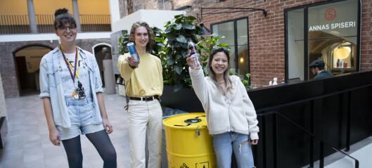 Åse, Cynthia og Sebastian samler flasker i tønner. Pengene går til grønne tiltak på storbyuniversitetet Oslo Met