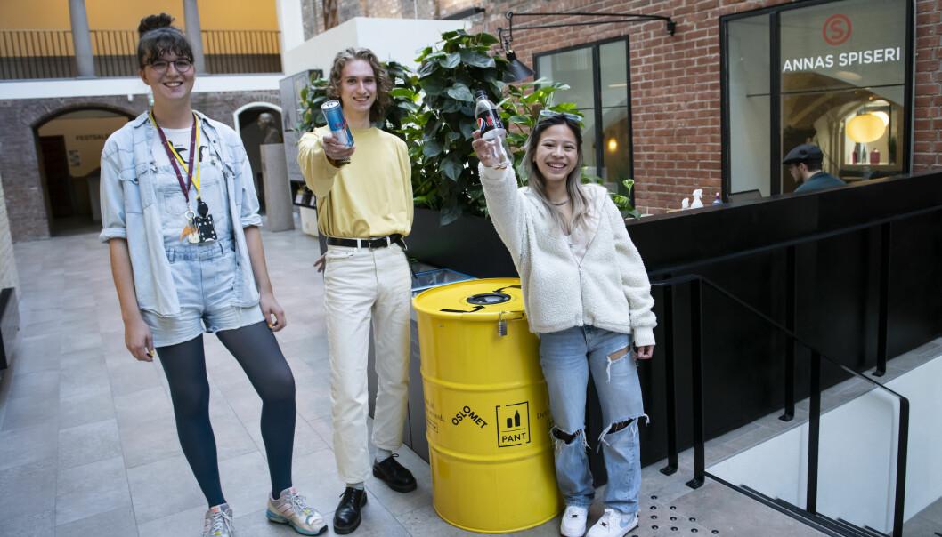 Åse Berg Dybvik og studentene Cynthia Nguyen og Sebastian Rishaug Strand på Oslo Met bidrar til den høye returgraden av pant i Norge. På skolen er det plassert ut hele 30 pantetønner, som skal gi penger til grønne tiltak. (Foto: Katrine Lunke)