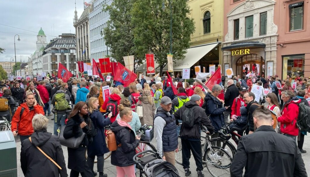 Egertorget var en av stoppestedene for Kulturmarsjen på vei fra Operaen mot hovedstadsteatrene. Det er streik blant kulturarbeidere i Oslo, og hele 435 arbeidstakere er tatt ut.