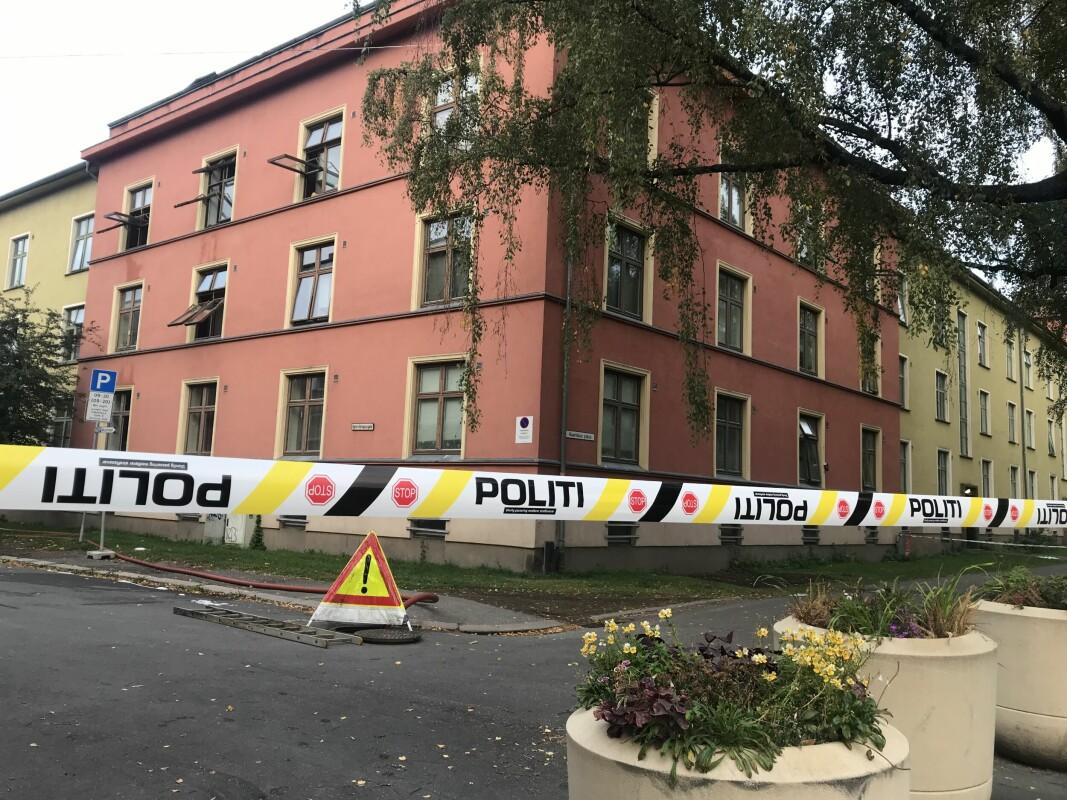 Brannen på loftet i den kommunale gården Haarklous plass den 14. september er under etterforskning. Hos Boligbygg er saken inntil videre oppført med mulig røyking som brannårsak. En mann i 20-årene er varetektsfengslet av Oslo tingrett, mistenkt for å ha påtent brannen.
