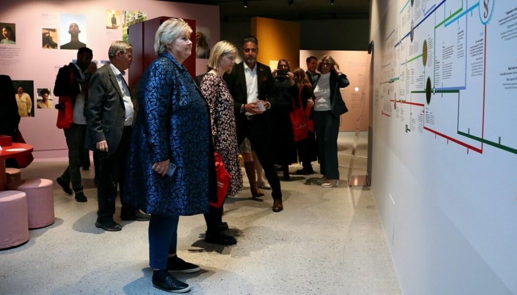 Erna Solberg (H), Guri Melby (V) og Abid Raja (V) ser den nye utstillingen i nybygget ved Villa Grande og Holocaustsenteret på Bygdøy.