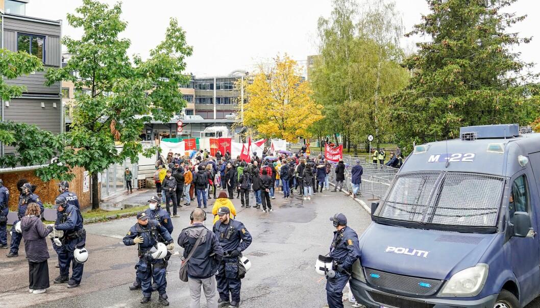 Bare fem-seks Sian-medlemmer møtte opp da den islamfiendtlige organisasjonen holdt markering ved Furuset senter lørdag.