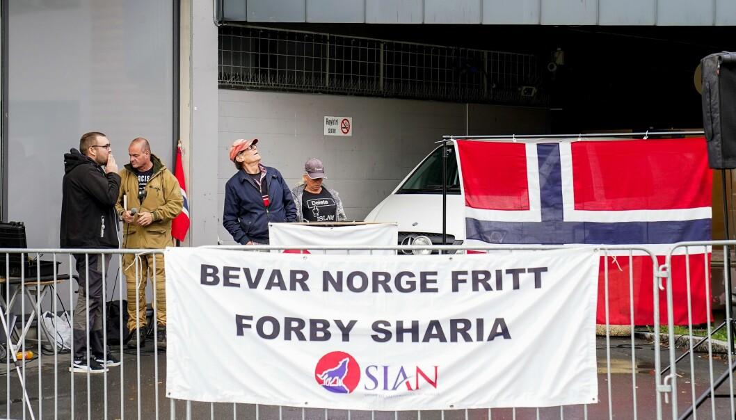 Sian-leder Lars Thorsen fikk kun med seg en håndfull meningsfeller på markeringen ved Furuset senter lørdag.