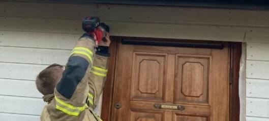 Fortvilet huseier ble snekret inne av håndverkere. Da var det godt å ha brannfolkene på Bryn