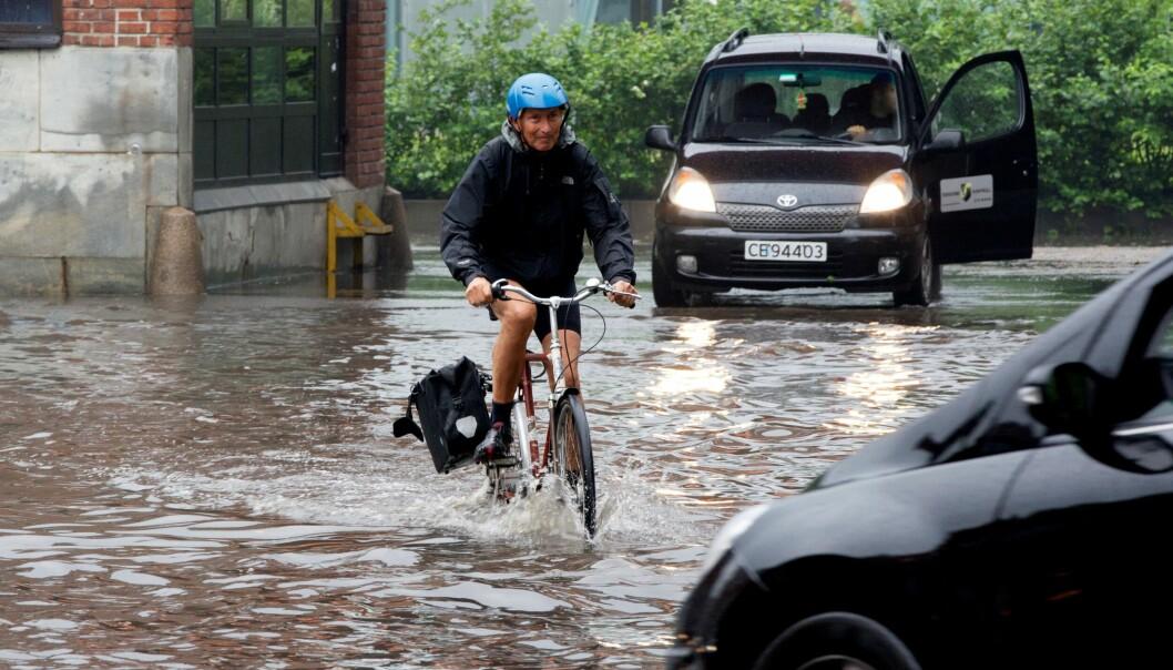 Store nedbørsmengder også for ti år siden. Her forserer en syklist vannmengder i Maridalsveien sommeren 2011.