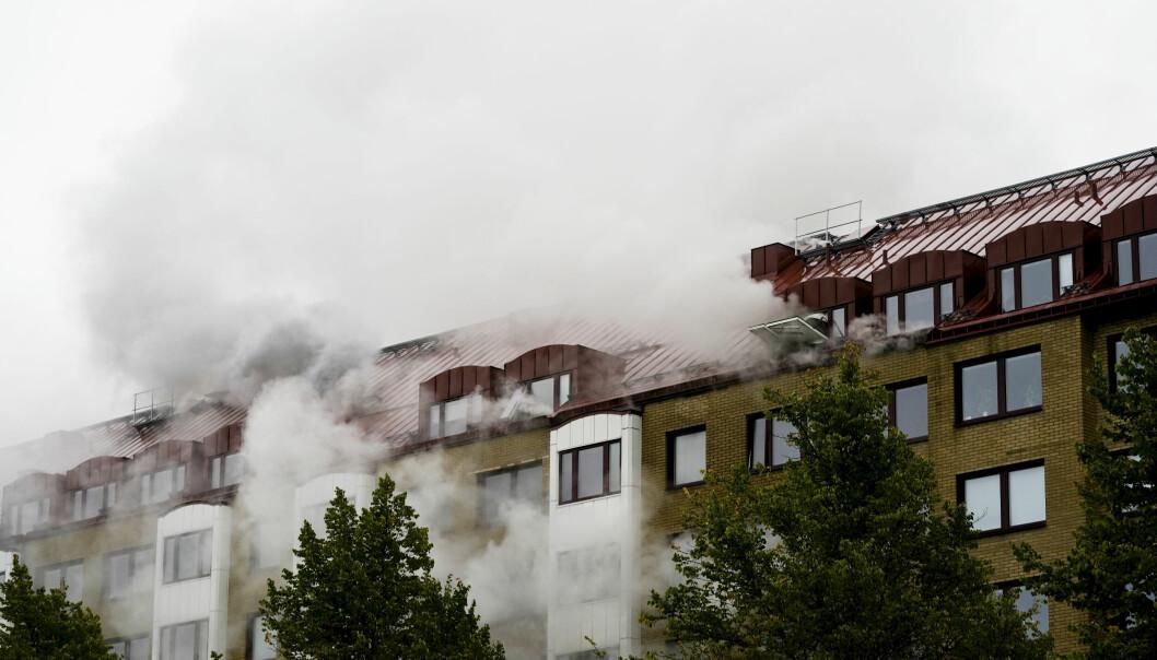 Eksplosjonen i en boligblokk i Annedal sentralt i Göteborg tirsdag forrige uke førte til en kraftig brann. En 55-åring er etterlyst i saken.