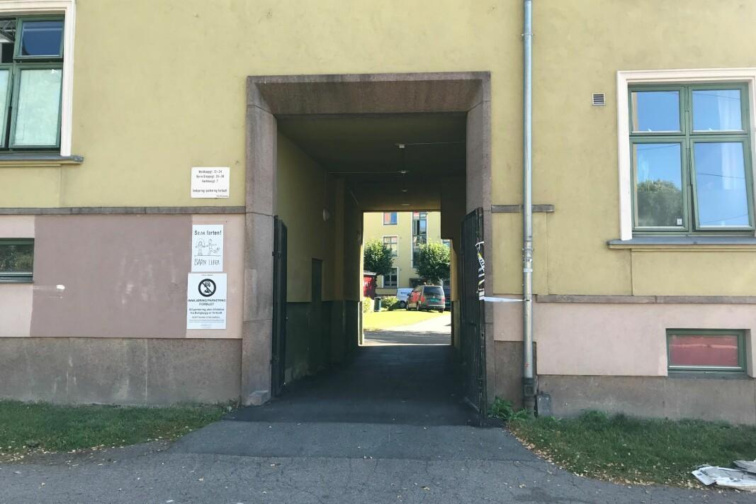 Ingen låsbar port inn i bakgård til den kommunale gården der det brant. Ofte er dørene til de 17 oppgangene ulåst.